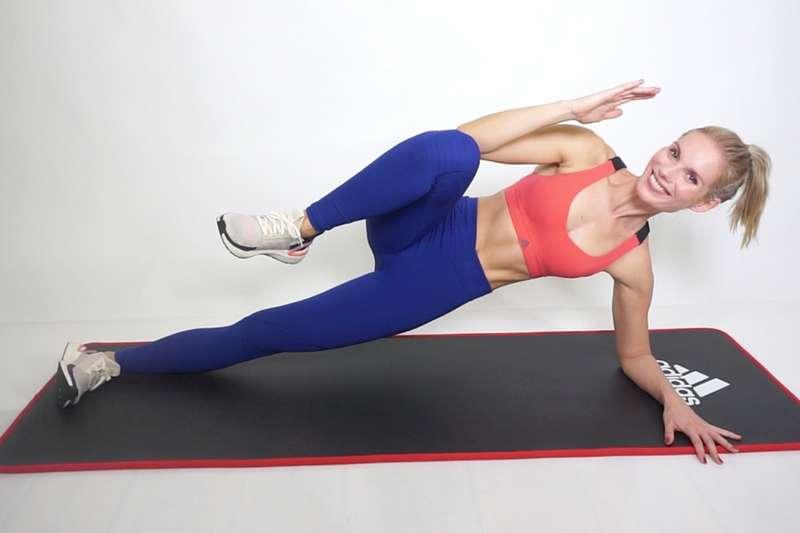 Für einen flachen Bauch: Effektives 10 Minuten Sixpack-Workout mit Kaya Renz