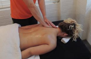 massage_marcel_schade_personal_trainer_munich_starnberg_hand_ruecken_back_relax